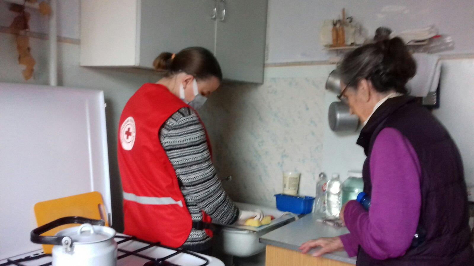 Волонтеры Красного Креста помогают пожилым